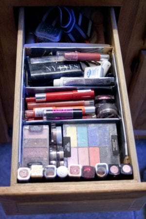 organize bathroom drawers